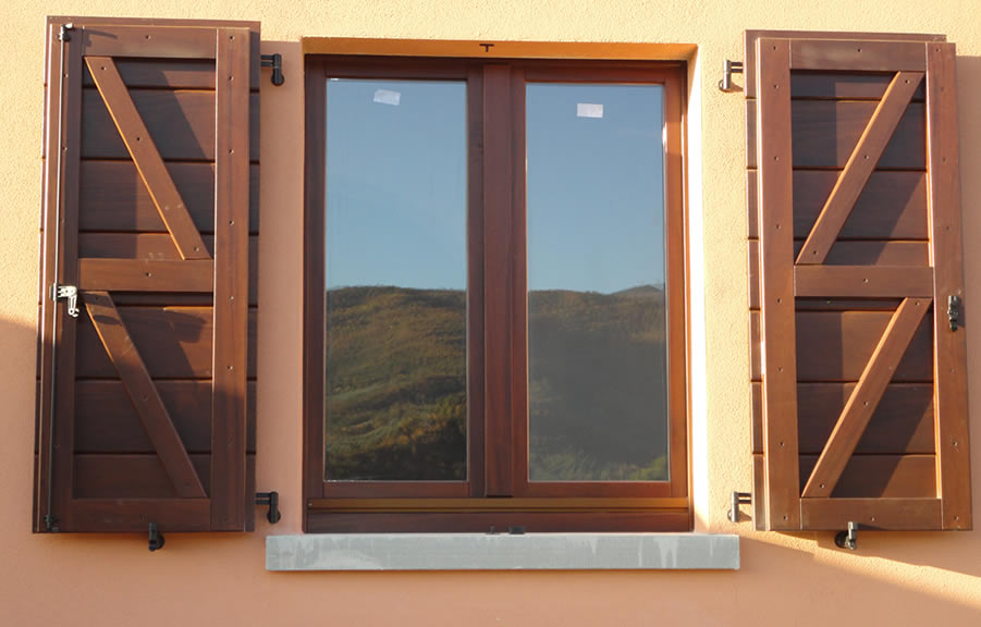 Wood infissi catalogo prodotti finestra mec 2000 top 105 - Frangisole esterni per finestre ...